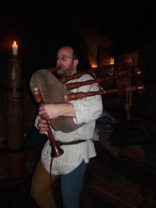 Zahájení diskuzního večera ve středověkých prostorách Prahy dobovou hudbou